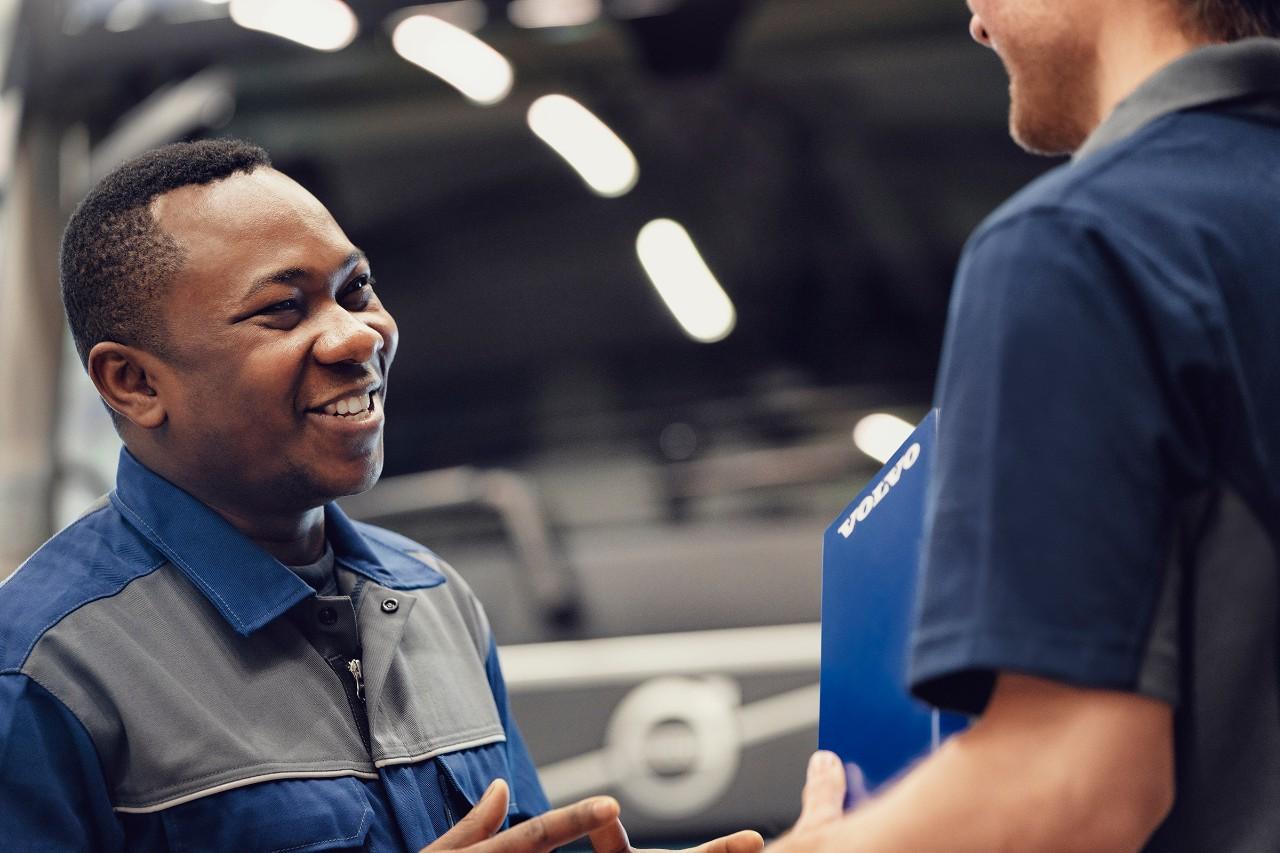 Nasmejan Volvov serviser se pogovarja s kolegom